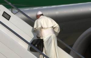 Pope_Francis_boards_the_papal_plane_carrying_his_black_bag_at_Romes_Fiumicino_Airport_on_July_22_2013_ANSATELENEWSCNA