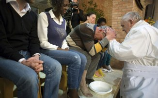 Pope-Francis-Holy-Thursday-foot-washing