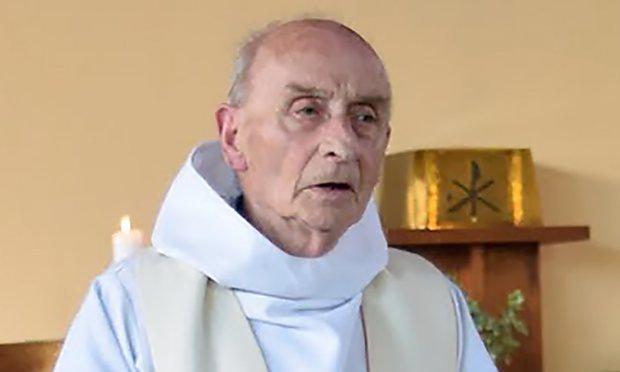 Risultati immagini per vecchio sacerdote